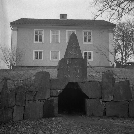 """Foto av Braås herrgård. Framför står en minnessten med text:""""ÅRET 1809 FRIE SVENSKE MÄN GIVEN I EDERT BIFALL"""". Flera minnesstenar finns från denna tid, bl.a. en som visar att godsägaren A.W.Rappe även var involverad i förberedelserna för att avsätta kungen, Gustav IV Adolf, 1809. Texten är: """"Åt året 1809 Frie svenske män, given I edert bifall"""" Den sitter ovanför mynningen av den underjordiska flyktgången från boningshusets källare."""