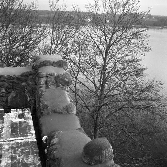 Bergqvara slottsruin, nordöstra hörnet efter cementering av murkrönet. 1953.