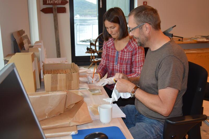 Fotoarkivar Madli Hjermann og Bernd Elmies fra Ryfylkemuseet i arbeid med en fotosamling. (Foto/Photo)