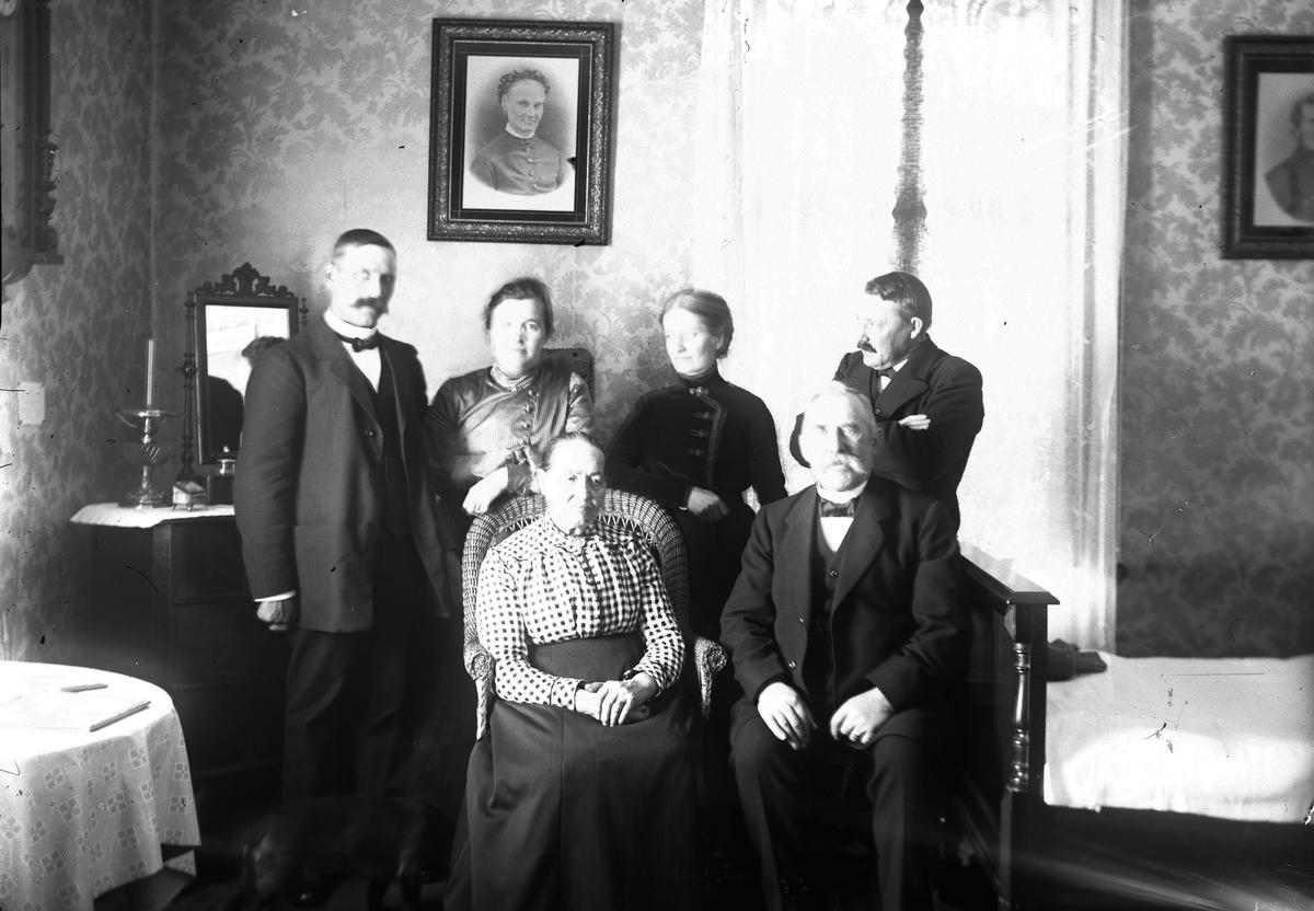 John Hillström står längst till höger, Margta Hillström står till vänster om honom.