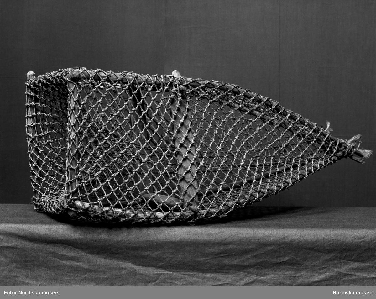 """Fiskmjärde, så kallad """"abbertigger"""", för fiskfångst. Använd i Skedevi socken i Östergötland. Föremål i Nordiska museet med inventarienummer NM.0115590."""