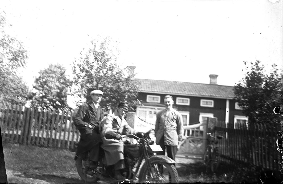 Män med motorcykel, en Harley Davidson från 1920-talet.