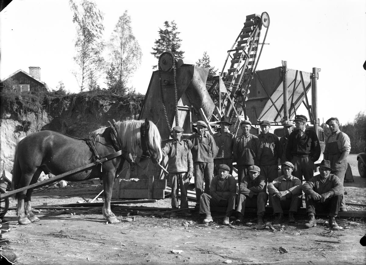 Arbetare vid transportör.