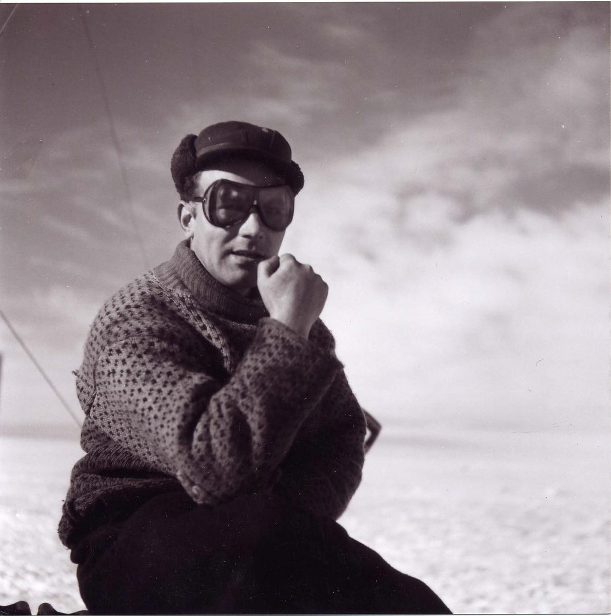 """""""Bertil Ekström, veckan före olyckan med Vesslan den 24 februari 1951. Expeditionens mekaniker."""" Bertil Ekström omkom vid olyckan."""
