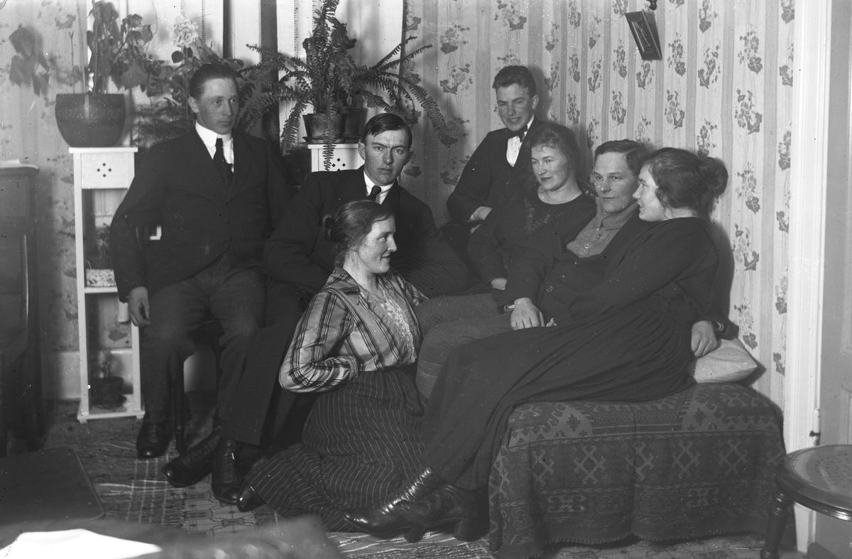 Från vänster Nils Jönsson, Wall, damen på knä Ester Eriksson-Uddström, Wall, Okänd, syskonen Ernst och Edit Olsson, Nordansjö, Viktor Olsson och okänd kvinna.