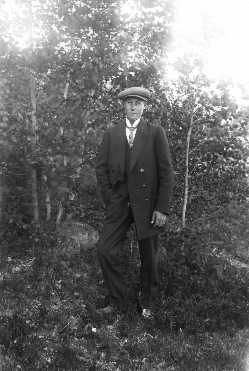 Herman Eriksson, född 1898, från Flöggs, Lenninge nr 1, senare Lenninge 5:11. Foto ca 1916.
