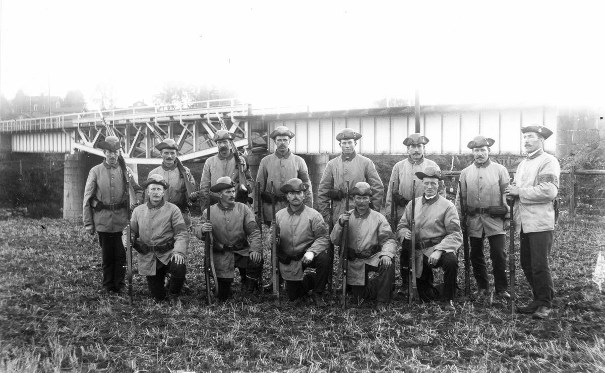 Okända beväringar vid bron över Voxnan under första världskriget.