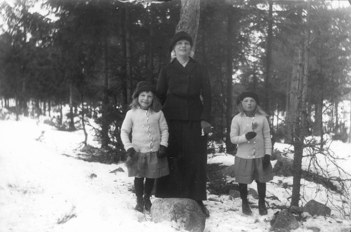 Från vänster: Bojan, Vendla och Thea Johansson (skogvaktarens).