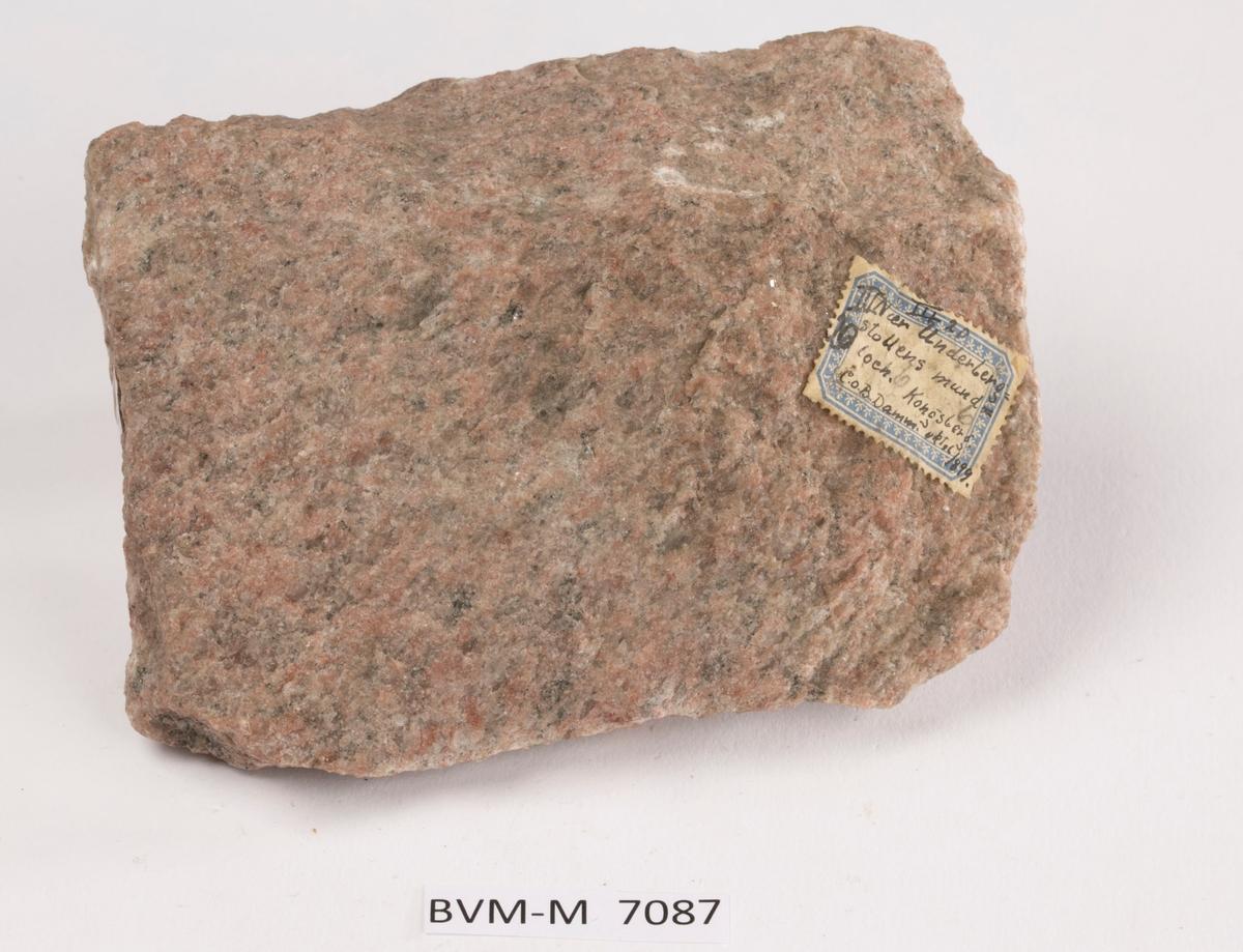 Etikett på prøve: III 20 Nær Underbergstollens mundloch. Kongsberg C.O.B. Damm oktober 1899.