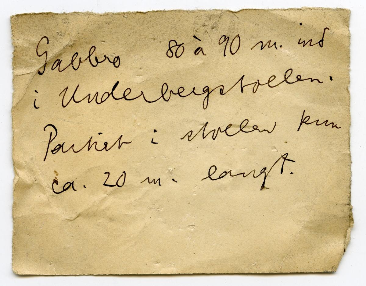 To etiketter i eske:  Etikett 1: 92  Etikett 2: Gabbro 80 à 90 m. ind i Underbergstollen. Partiet i stollen kun ca. 20 m. langt.