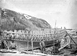 """""""Bogserbåt under byggnation vid Djupviks varv på Tjörn. Bild"""