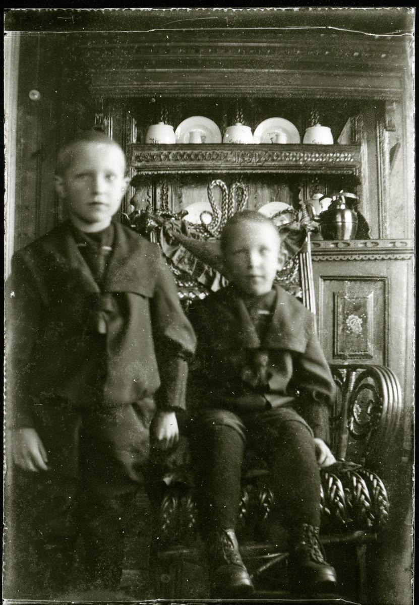 """Magnus og Sigurd Kleven med """" Olmhusskåpet """" i bakgrunnen."""