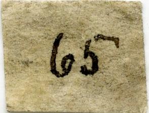Liten etikett i eske (falt av prøve?): 65  To etiketter i eske:  Etikett 1: 65. Gabbro ø.f. Hensjensæteren Kongsberg  Etikett 2: 65. Gabbro øst for Hensjensæteren