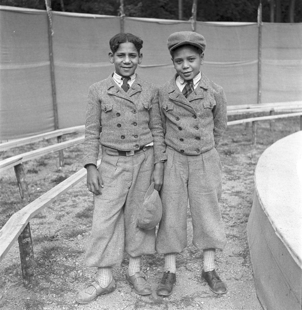 Furuviksparken invigdes pingstdagen 1936.  Folkdanslaget Furuviks Ungdomslag och Barnkabarén blev Furuviksbarnen  Cirkusartister