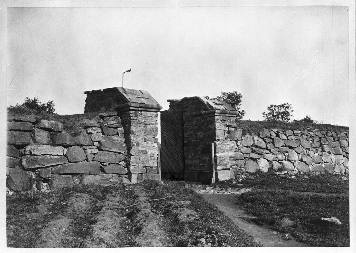Fredriksskans Portarna till befästningen År 1716-1717 anlades en skans till skydd för staden. På 1700-talet förbättrades den flera gånger, men på 1800-talet förlorade befästningen sin betydelse.
