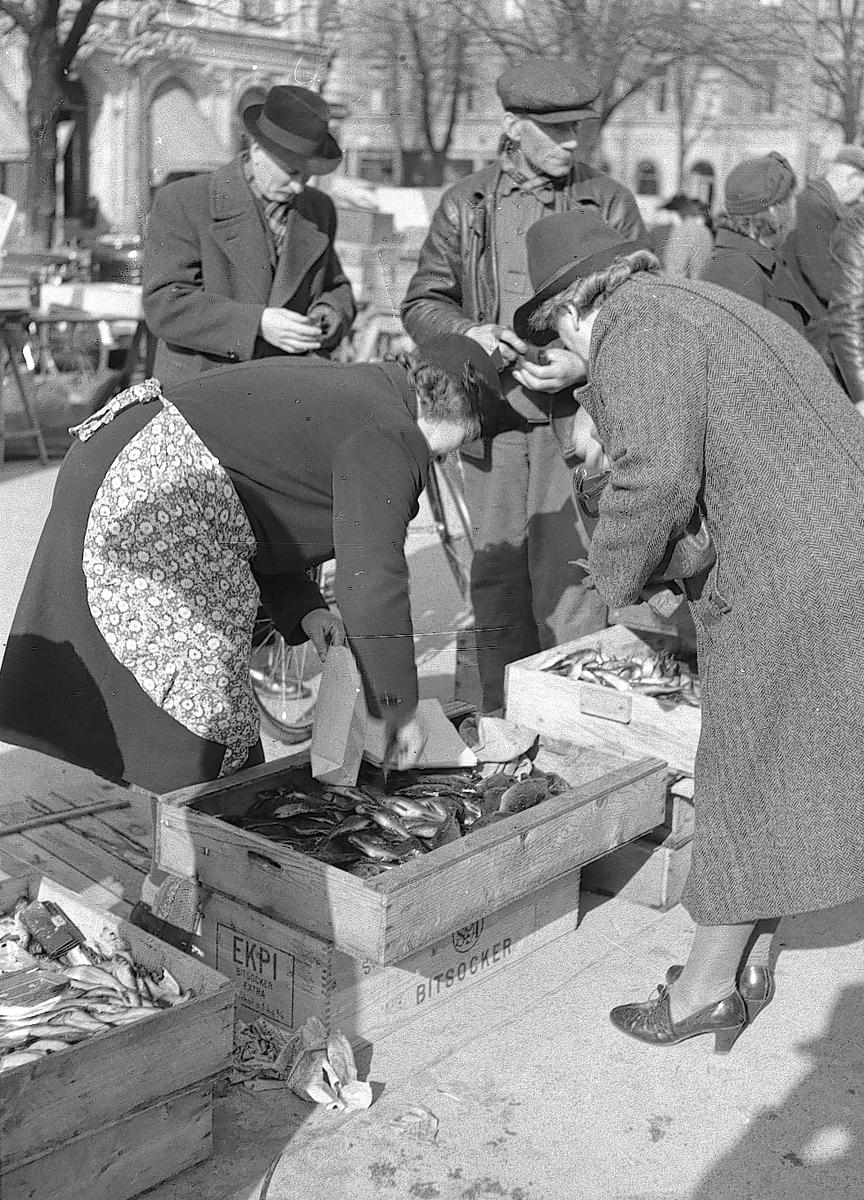 Fiskhandel på Stortorget. Den 10 april 1943
