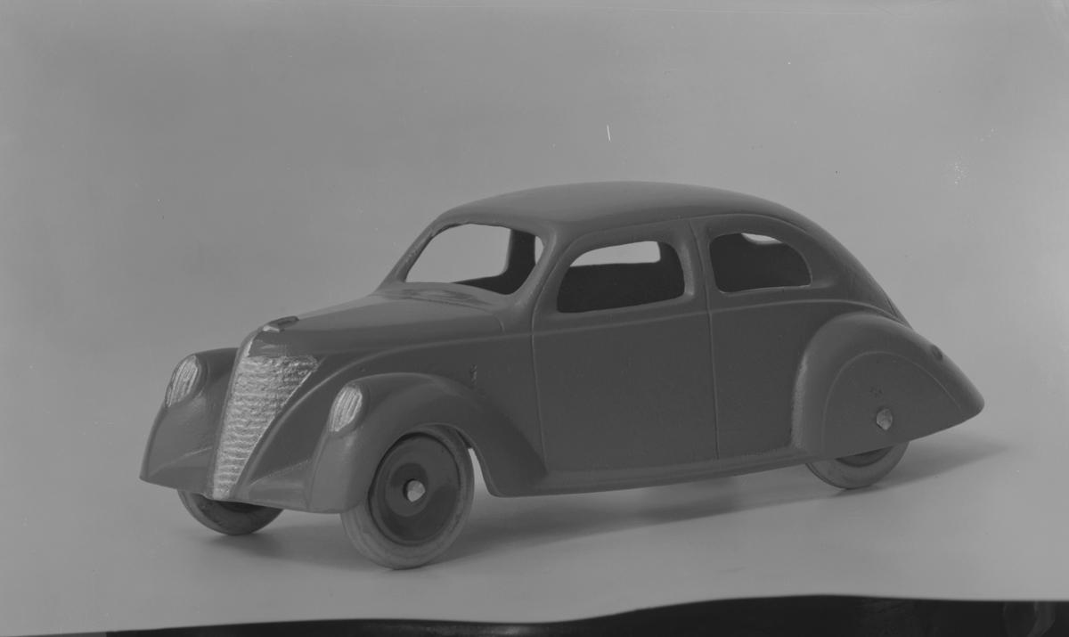 AB Skoglund & Olson. Gefle. Gjuteri och Mekanisk Verkstad. Känt för bland annat järnspisar och leksaker. Företaget startades 1874 av Erik Gustaf Skoglund och Axel Olsson. Firman blev aktiebolag 1914 och hade på 1930-talet cirka 260 anställda i produktionen och ett 30-tal på kontoret. Bil