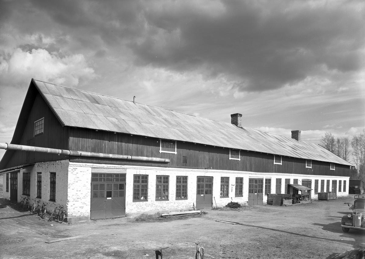 Exteriör av verkstaden, 22 maj 1946. Valbo Verkstad A-B grundades år 1923 av häradsdomare  K. G. Ålenius  . Denne övertog ett tidigare bildat bolag, som drev verkstadsrörelse i Valbo med tillverkning av arbetsvagnar, timmerkälkar m. m. lät nu omlägga rörelsen för tillverkning av bil karosserier, varav mest lastvagns- och skåpbilskarosserier tillverkas. År 1929 ombildades firman till aktiebolag med Ålenius som verkst. direktör. Vid sin död år 1938 efterträddes han av sonen, ingenjör  Gunnar Ålenius  . Företaget har gått en kraftig utveckling till mötes och kan nu räkna sig till landets ledande inom sin bransch. Från att ha sysselsatt 3—4 man äro nu vid full drift cirka 80 arbetare anställda inom företaget.  Valbo Verkstads A-B omfattar smides-, plåtslageri- och snickeriverkstad, monteringshall, måleri- samt lackerings- och tapetserarverkstäder, alla försedda med moderna, maskinella utrustningar. Bland företagets kunder kunna nämnas: Svenska armén, Kungl. Telegrafverket — över 200 skåpkarosserier ha under årens lopp levererats hit — Postverket, Vattenfallsstyrelsen, Stockholms stads gatukontor, en hel del allmänna verk och inrättningar samt privata företag. Dessutom är bolaget huvudleverantör till flera av de större bilfirmorna i Stockholm samt Ålenius valen förutseende man, som med öppen blick följde utvecklingen inom bilbranschen och han på övriga platser i landet. Företaget höll ut till någon gång på 1980-talet.