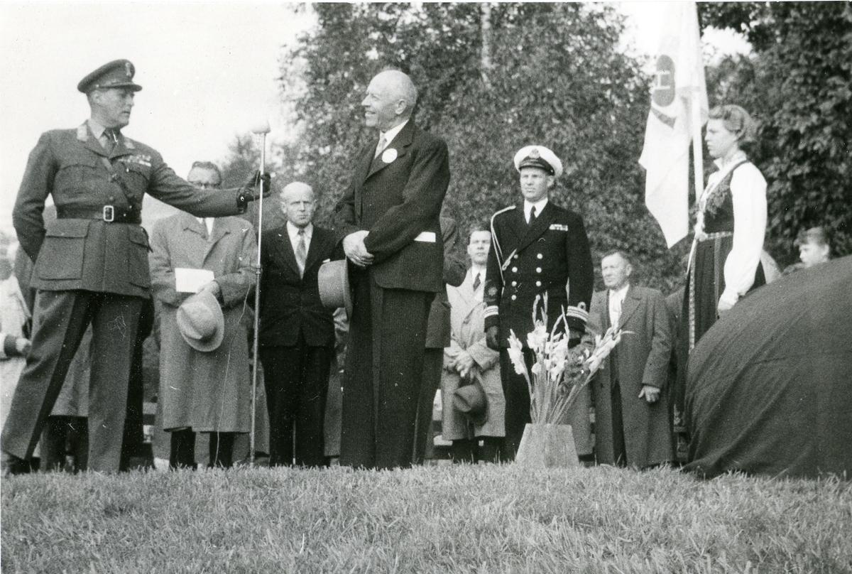 Kronprinsen assisterer ved mikrofonen i Kviteseid.