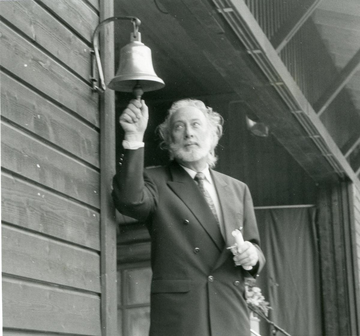 Mann ringer i dyrskubjølla