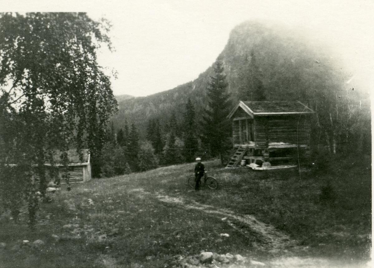 Postkort som viser Veslestabburet og Smettbakbua. Dette dannet utgangspunktet for det som senere ble hetende Bagn Bygdesamling.