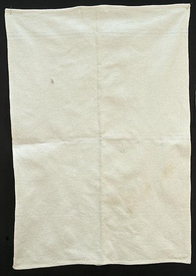 Rektangulært, Bendelbåndhempe. 3 felt med smale innvevde striper, over 2-4-2 tråders innslag.  striper farget svakt lysgrå. antakelig opprinnelig brukt som sukkersekk.