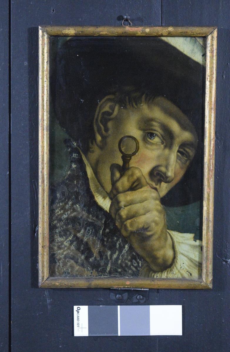 Bildet viser en mann som studerere noe gjennom en lupe. det virker som om han også har øyekontakt med betrakteren Forkortningene i bildet kan tyde på at det opprinnelig kan være tegnet ved hjelp av camera obscura.