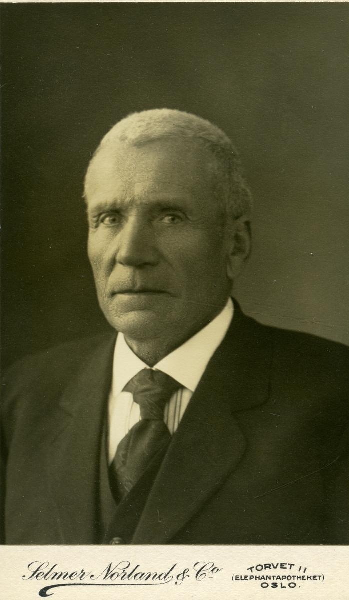 E. Svennes.