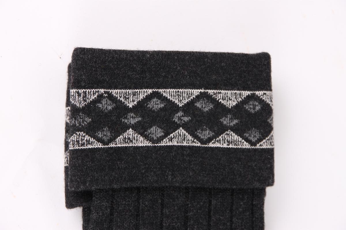 Et par grå sports-strømper, med en 9 cm glattstrikket nedbrettskant med mønster.