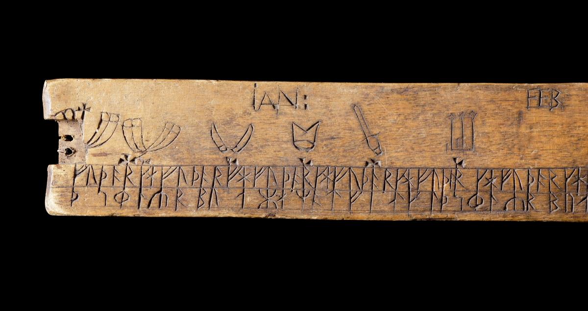 Kalenderstav i form av en svärdsformad runkalender. Av trä, med rektangulär genomskärning. Handtaget saknas.  Föremålet är i gott bruksskick, men har smärre maskangrepp samt fuktskador mitt på, varför träet är starkt missfärgat.  Funktion: Senare använd som lodaln.