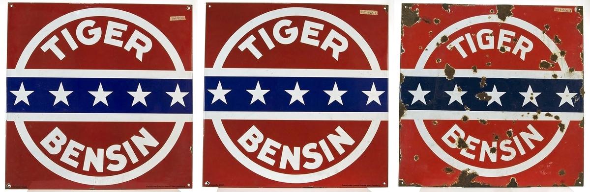 3 reklameskilt for Tiger bensin.Kvadratiske, hvit skrift på rød bunn. Blå tverrstrek med hvite stjerner. Noe rust.