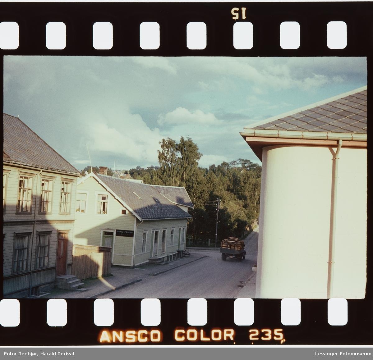 Brugata bilde tatt igjennom vinduet fra Renbjørgården.