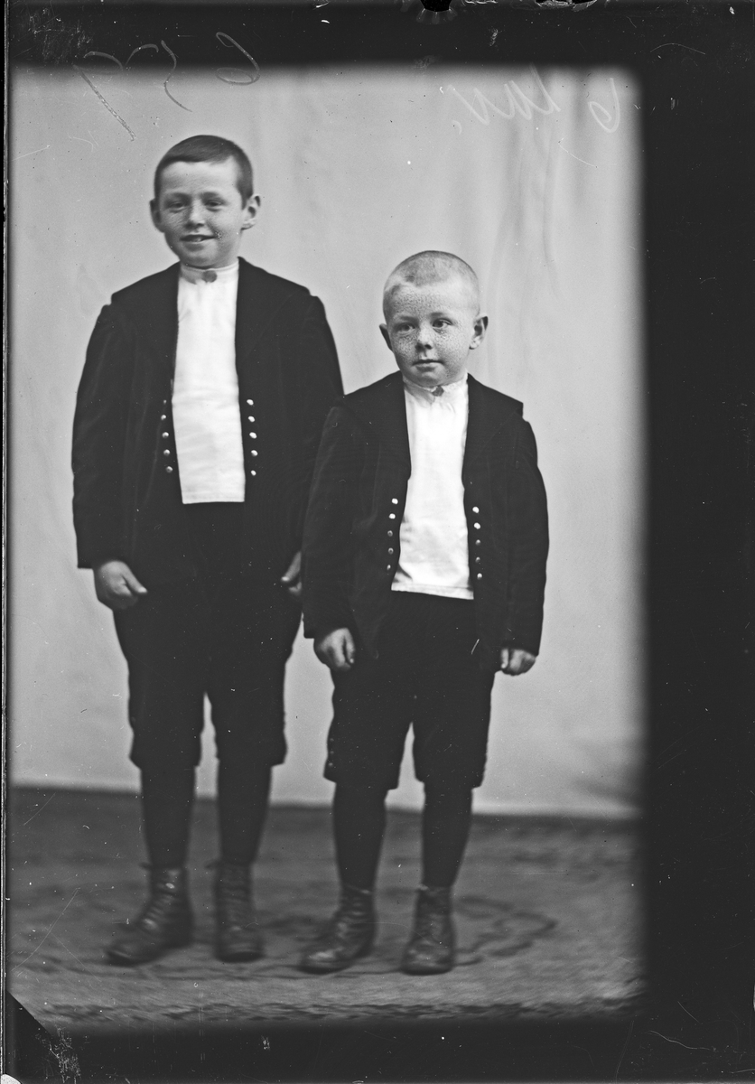 Portrett av barna Sverre og Harald Jansen.