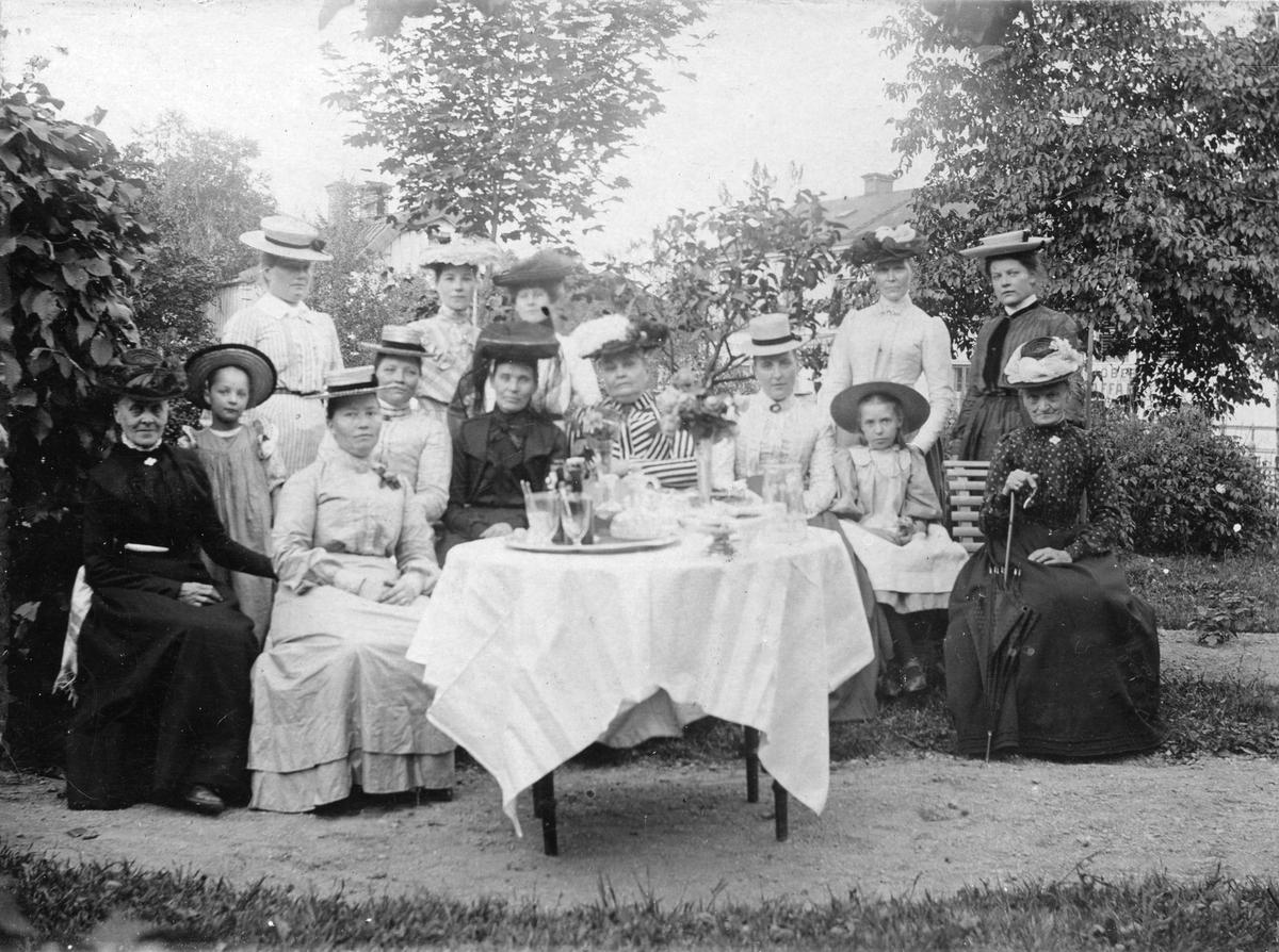 Damer och flickor på saftkalas utomhus. Sannolikt kring sekelskiftet 18-1900.