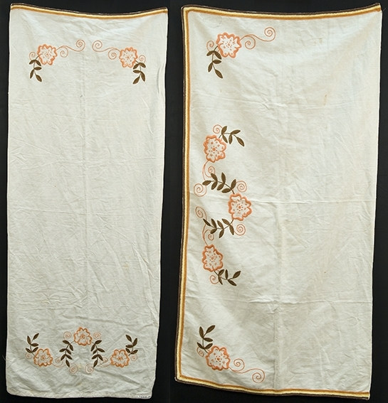 Pyntehåndkle og benkeduk til kjøkken. Hvit med brodert blomsterranke og kantbånd på kortsidene, benkeduken også på en langside.