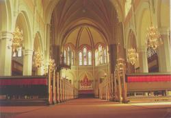 Vykort med interiör mot altaret i Sankt Petri kyrka, Västerv