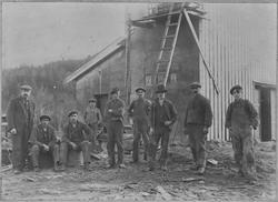 Mennene som bygde Eidsfossen kraftstasjon.