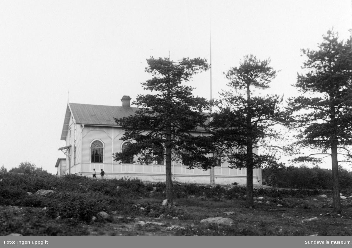 Kyrksalen i Skönsberg, Skön. Revs i samband med E4-bygget 1964.