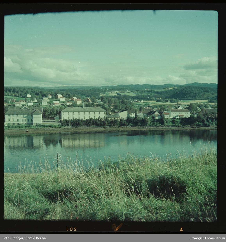 Fra Staupslia mot Levanger, vi ser Byskolen og litt av Remonteskolen.