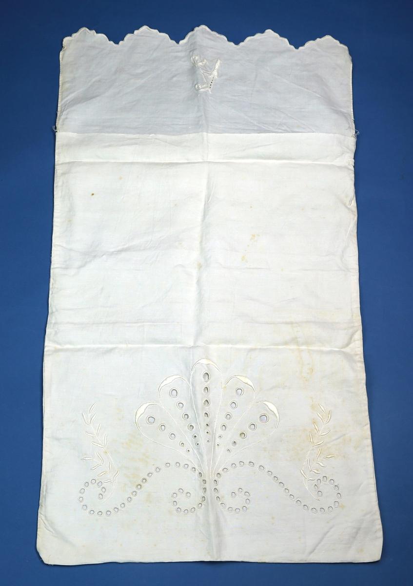 Pose av lerretsvevd stoff, trolig lin, med hullsøm og hvitsøm som dekor