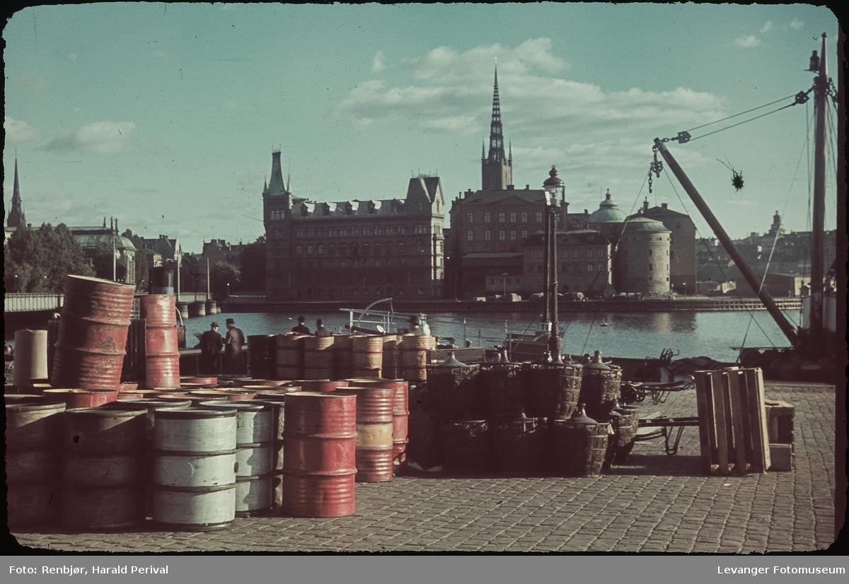 Tønner på havna i Stockholm, med Riddarholmen, og Riddarholmskyrkan i bakgrunnen.