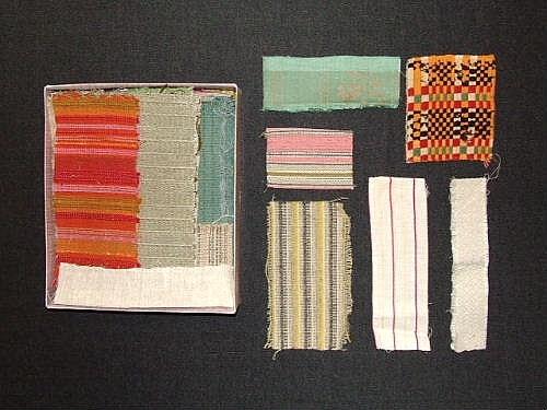 Provsamling med vävprover. 45 stycken provlappar av skilda slag på olika vävtekniker. I samlingen finns också några vävnoter samt tidningsurklipp. Förvaras i en kartong (30x26x6,5 cm).  Sökord: Ull, lin och bomull.