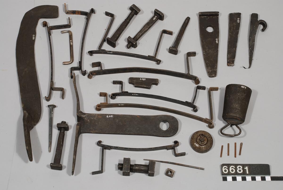 Urverk från Maria Kyrka, Stockholm, tillverkat i Stjernsund 1765, använt fram till 1910.   Består av: TM6681:1 Urverk, delar.  TM6681:2 Urverk, delar.  TM6681:3 Urverk, delar.  TM6681:4 Urverk, delar.  TM6681:5 Urverk, delar.