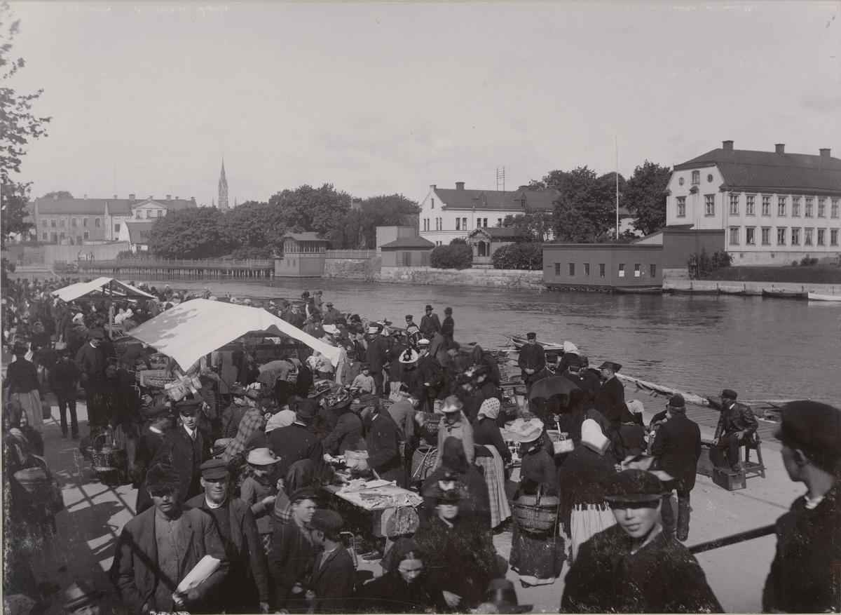 Stadsvy från Norrköping, människor besöker marknad.