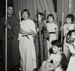 Barn framfører julehistorien på juletrefesten til Jonas Øglæ