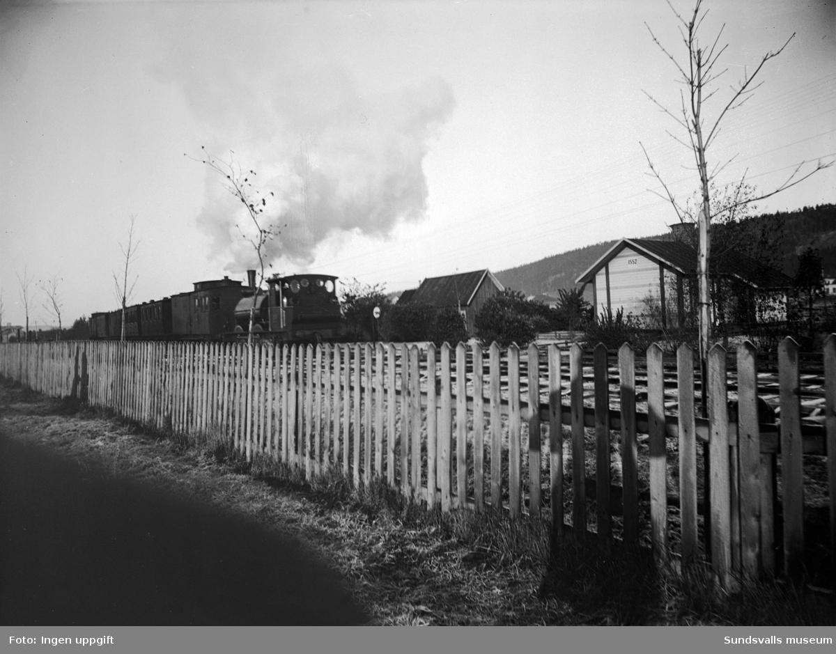Lok med vagnar efter den smalspåriga järnvägen mot Torpshammar. Taget från Södra Järnvägsgatan.