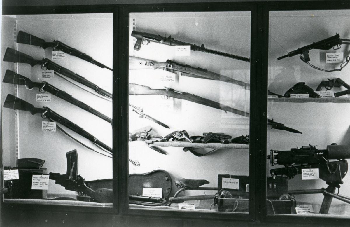 Foto fra Bagn Bygdesamling sin utstilling fra 1985 om krigen.