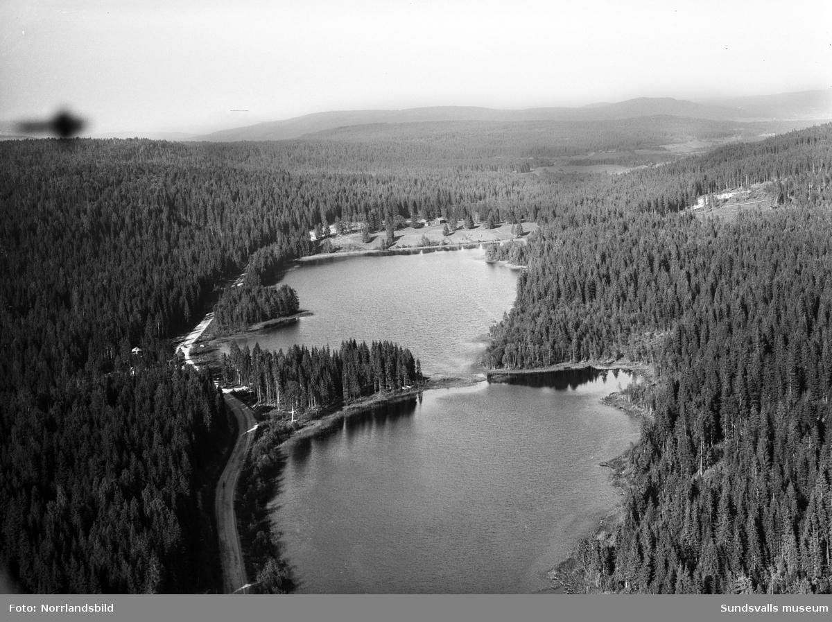 Flygfoton över Mosjön i Huljen, Selånger. Bilderna är tagna mot öster och en gammal gård, troligen det så kallade Mosjötorpet.
