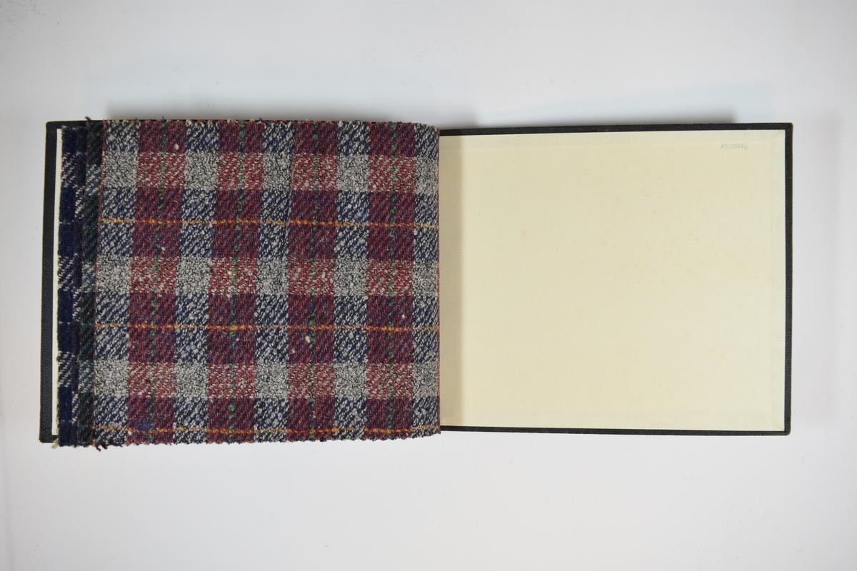 Prøvebok med 4 stoffprøver. Middels tykke stoff med ruter. Stoffene ligger brettet dobbelt i boken slik at vranga dekkes. Stoffene er merket med en rund papirlapp, festet til stoffet med metallstifter, hvor nummer er påført for hånd. Innskriften på innsiden av forsideomslaget indikerer at alle stoffene har kvaliteten 170.  Stoff nr.: 170/11, 170/12, 170/13, 170/14.