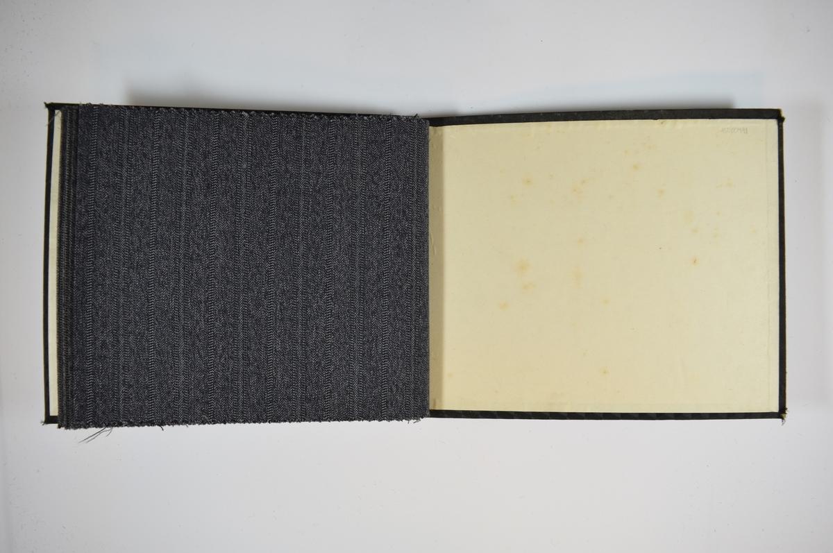 Prøvebok med 4 stoffprøver. Relativt tynne stoff med diskret striper. Vevemønsteret er likt for alle prøvene, bare fargenyansen varierer i ulike gråtoner. Stoffene ligger brettet dobbelt slik at vranga skjules. Stoffene er merket med en rund papirlapp, festet til stoffet med metallstifter, hvor nummer er påført for hånd. Innskriften på innsiden av forsideomslaget indikerer at alle stoffene har kvalitetsnummer 425.   Stoff nr.: 425/1, 425/2, 425/3, 425/4.